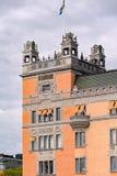 Σουηδική σημαία στη στέγη του παλαιού σπιτιού στη Στοκχόλμη, Σουηδία Στοκ εικόνα με δικαίωμα ελεύθερης χρήσης