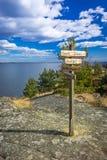 Σουηδικά ξύλινα σημάδια στη δύσκολη ακτή Στοκ εικόνες με δικαίωμα ελεύθερης χρήσης