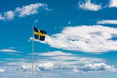 Σουηδική σημαία στο υπόβαθρο ουρανού Στοκ Εικόνες