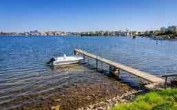 Σουηδικό τοπίο ακροθαλασσιών με motorboat Στοκ φωτογραφία με δικαίωμα ελεύθερης χρήσης
