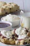 Σουλτάνα Scones με τη μαρμελάδα και την κρέμα και το τσάι Στοκ εικόνες με δικαίωμα ελεύθερης χρήσης