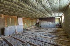 Σοφίτα σπιτιών κάτω από την κατασκευή Τοίχοι σοφιτών και ανώτατη μόνωση με το μαλλί βράχου Υλικό μόνωσης φίμπεργκλας στο ξύλινο f στοκ φωτογραφίες