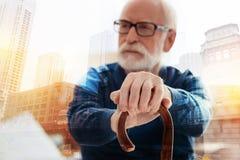 Σοφό ηλικίας άτομο που εξετάζει την απόσταση καθμένος μόνο Στοκ φωτογραφία με δικαίωμα ελεύθερης χρήσης