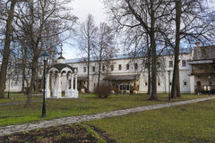 Σούζνταλ, Ρωσία -06 11 2015 Δισκοπότηρο και το μοναστήρι του ST Euthymius των μοναχών cellsat στο Σούζνταλ Χρυσό δαχτυλίδι του τα Στοκ Φωτογραφία