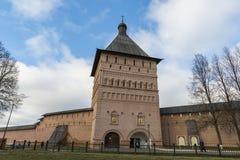 Σούζνταλ, Ρωσία -06 11 2015 Ο πύργος Proezdnaya στο μοναστήρι του ST Euthymius στο Σούζνταλ χτίστηκε ο 16ος αιώνας Χρυσό δαχτυλίδ Στοκ Εικόνες