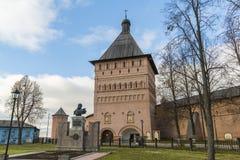 Σούζνταλ, Ρωσία -06 11 2015 Το μνημείο Pozharsky Dmitry στο τετράγωνο στο μπροστινό μοναστήρι του ST Euthymius στο Σούζνταλ χτίστ Στοκ εικόνα με δικαίωμα ελεύθερης χρήσης