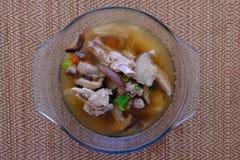 Σούπα ή ζωμός μανιταριών μπαμπού στο κύπελλο γυαλιού Στοκ Εικόνες