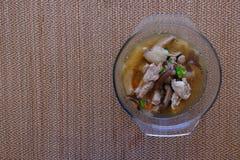 Σούπα ή ζωμός μανιταριών μπαμπού στο κύπελλο γυαλιού Στοκ εικόνα με δικαίωμα ελεύθερης χρήσης