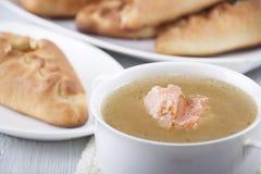 Σούπα από έναν σολομό και rasstegai με τα ψάρια Στοκ Εικόνες