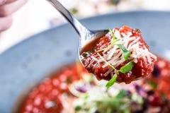 Σούπα λαχανικό ντοματών σούπας κύπελλων ιταλική ντομάτα σούπας Μεσογειακή σούπα ντοματών Ιταλικό cuicsine ιταλική μεσογειακή μοτσ Στοκ Φωτογραφίες
