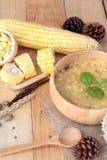 Σούπα καλαμποκιού συμπυκνωμένος σε ένα ξύλινο κύπελλο στοκ εικόνα με δικαίωμα ελεύθερης χρήσης