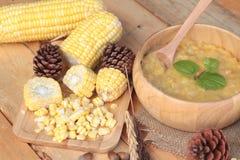 Σούπα καλαμποκιού συμπυκνωμένος σε ένα ξύλινο κύπελλο στοκ εικόνες με δικαίωμα ελεύθερης χρήσης