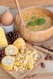 Σούπα καλαμποκιού συμπυκνωμένος σε ένα ξύλινο κύπελλο στοκ φωτογραφία