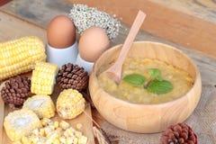 Σούπα καλαμποκιού συμπυκνωμένος σε ένα ξύλινο κύπελλο στοκ εικόνες