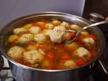 Σούπα κεφτών κοτόπουλου Ciorba de perisoare στοκ φωτογραφία με δικαίωμα ελεύθερης χρήσης