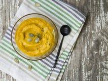 Σούπα κολοκύθας με τους σπόρους κρέμας και κολοκύθας στοκ φωτογραφία με δικαίωμα ελεύθερης χρήσης