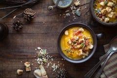 Σούπα κολοκύθας με το μπέϊκον, croutons και τους διάφορους σπόρους Στοκ Εικόνες