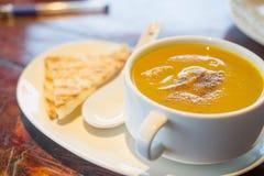 Σούπα κολοκύθας με το ψωμί στοκ φωτογραφία με δικαίωμα ελεύθερης χρήσης