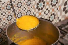 Σούπα κολοκύθας στην κουτάλα στοκ φωτογραφίες