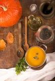 Σούπα κολοκύθας στο αγροτικό ξύλινο υπόβαθρο Στοκ εικόνες με δικαίωμα ελεύθερης χρήσης