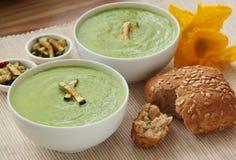 Σούπα κολοκυθιών Φυτική σούπα που διακοσμείται από τα ψημένα στη σχάρα κομμάτια των κολοκυθιών και του wholegrain baguette Κλείστ στοκ φωτογραφία