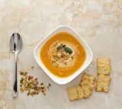 σούπα κολοκύθας κρέμας στενοί σπόροι κολοκύθας τροφίμων ανασκόπησης επάνω Στοκ Εικόνες