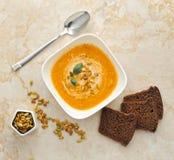 σούπα κολοκύθας κρέμας στενοί σπόροι κολοκύθας τροφίμων ανασκόπησης επάνω Στοκ φωτογραφίες με δικαίωμα ελεύθερης χρήσης