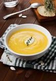 Σούπα κολοκύθας με την ξινά κρέμα και το θυμάρι Στοκ Εικόνα