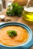 Σούπα κολοκύθας με τις φρέσκα κολοκύθες και το σκόρδο στοκ φωτογραφία με δικαίωμα ελεύθερης χρήσης