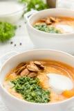 Σούπα κολοκύθας με τους σπόρους άσπρα κύπελλα στοκ εικόνα με δικαίωμα ελεύθερης χρήσης