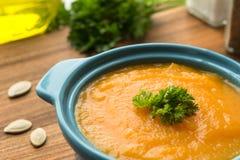 Σούπα κολοκύθας με το pesto και τους ψημένους σπόρους στοκ εικόνα με δικαίωμα ελεύθερης χρήσης