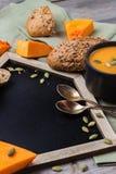 Σούπα κολοκύθας σε μια κούπα στον αγροτικό πίνακα Στοκ Εικόνα