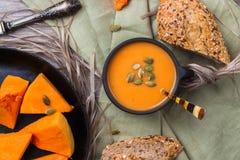 Σούπα κολοκύθας σε μια κούπα στον αγροτικό πίνακα Στοκ φωτογραφίες με δικαίωμα ελεύθερης χρήσης