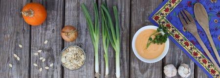 Σούπα κολοκύθας στο άσπρο κύπελλο με τα λαχανικά οριζόντια Στοκ Φωτογραφίες