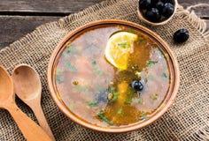 Σούπα κρέατος με τις μαύρες ελιές σε ένα ξύλινο υπόβαθρο με το ξύλινους κουτάλι και το σάκο Στοκ φωτογραφία με δικαίωμα ελεύθερης χρήσης