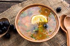Σούπα κρέατος με τις μαύρες ελιές σε ένα ξύλινο υπόβαθρο με το ξύλινους κουτάλι και το σάκο Στοκ φωτογραφίες με δικαίωμα ελεύθερης χρήσης