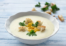 Σούπα κρέμας λαχανικών με το καλαμπόκι, croutons και το μαϊντανό Στοκ εικόνες με δικαίωμα ελεύθερης χρήσης