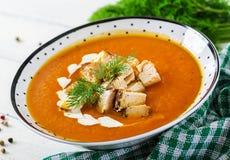 Σούπα κρέμας κολοκύθας με τα κομμάτια του κρέατος κοτόπουλου στοκ φωτογραφία με δικαίωμα ελεύθερης χρήσης