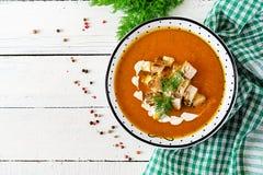 Σούπα κρέμας κολοκύθας με τα κομμάτια του κρέατος κοτόπουλου στοκ εικόνες