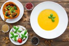 Σούπα κρέμας κολοκύθας με τα φύλλα βασιλικού, ψημένη κολοκύθα με το vegetab στοκ εικόνα