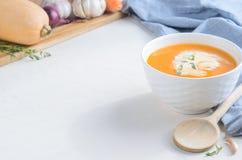 Σούπα κρέμας κολοκύθας σε έναν άσπρο πίνακα r στοκ εικόνες με δικαίωμα ελεύθερης χρήσης