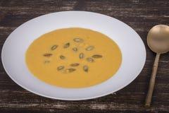 Σούπα κρέμας κολοκύθας της Apple σε ένα πιάτο Στοκ Φωτογραφίες