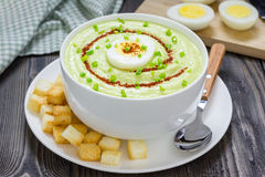 Σούπα κρέμας με το αβοκάντο, που διακοσμείται με το αυγό και croutons Στοκ Εικόνα