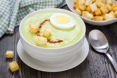 Σούπα κρέμας με το αβοκάντο, που διακοσμείται με το αυγό και croutons Στοκ Φωτογραφίες