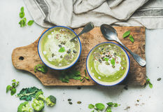 Σούπα κρέμας μπρόκολου άνοιξη detox με την κρέμα μεντών και καρύδων στοκ φωτογραφία με δικαίωμα ελεύθερης χρήσης