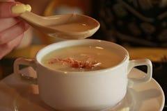 Σούπα κρέμας στο άσπρο φλυτζάνι Στοκ εικόνες με δικαίωμα ελεύθερης χρήσης
