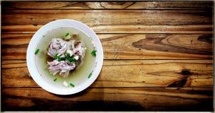 Σούπα κόκκαλων κοτόπουλου ύφους παραδοσιακού κινέζικου σε ένα ξύλινο backgrou Στοκ εικόνα με δικαίωμα ελεύθερης χρήσης