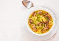 Σούπα μανιταριών με τα ζυμαρικά και τα λαχανικά Στοκ εικόνα με δικαίωμα ελεύθερης χρήσης