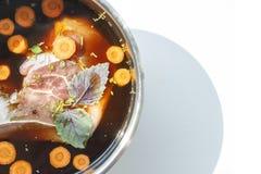 Σούπα μανιταριών με το κρέας, καρότα, βασιλικός, κινηματογράφηση σε πρώτο πλάνο στοκ φωτογραφία με δικαίωμα ελεύθερης χρήσης