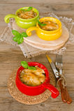 Σούπα με κρέας με το κοτόπουλο και μανιτάρια κάτω από μια κρούστα τυριών Στοκ Φωτογραφίες
